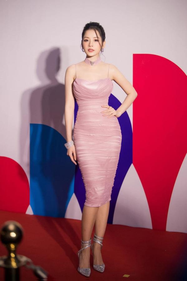 Chẳng cần bikini khoe da thịt, Chi Pu vẫn gợi cảm với đường cong lấp ló nhờ kiểu váy này - Ảnh 7.
