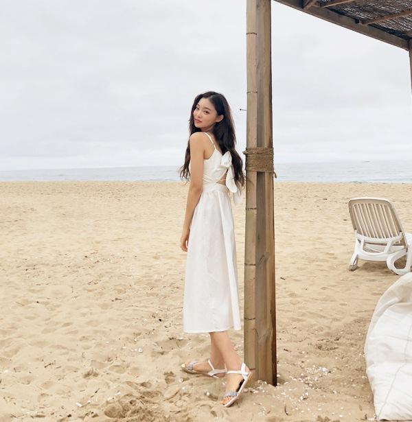 Chẳng cần bikini khoe da thịt, Chi Pu vẫn gợi cảm với đường cong lấp ló nhờ kiểu váy này - Ảnh 12.
