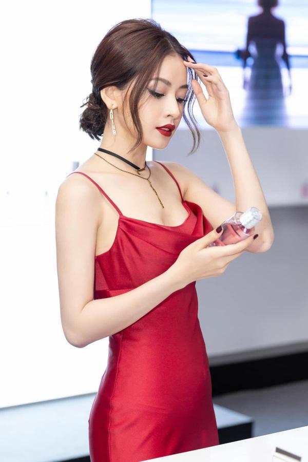 Chẳng cần bikini khoe da thịt, Chi Pu vẫn gợi cảm với đường cong lấp ló nhờ kiểu váy này - Ảnh 8.