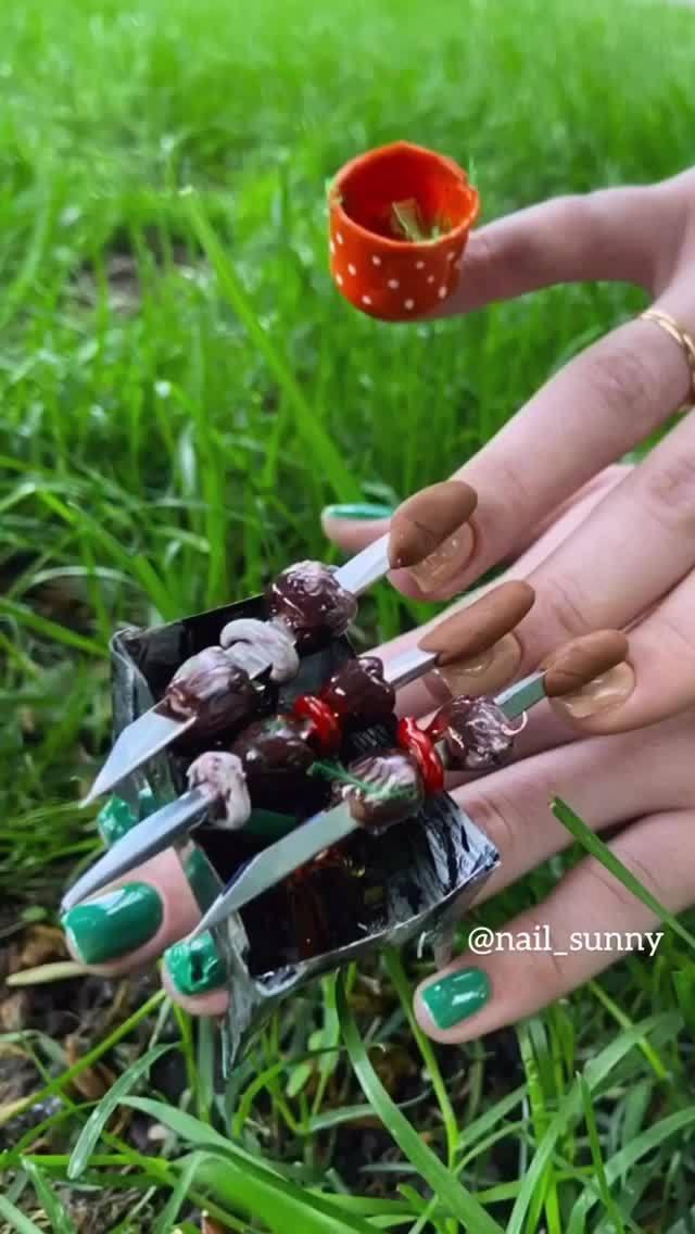 Chán kiểu móng tay đẹp quyến rũ, cặp chị em thợ nail sáng tạo ra bộ móng tay nguy hiểm nhất thế giới, nhìn thôi không dám sờ vào - Ảnh 2.