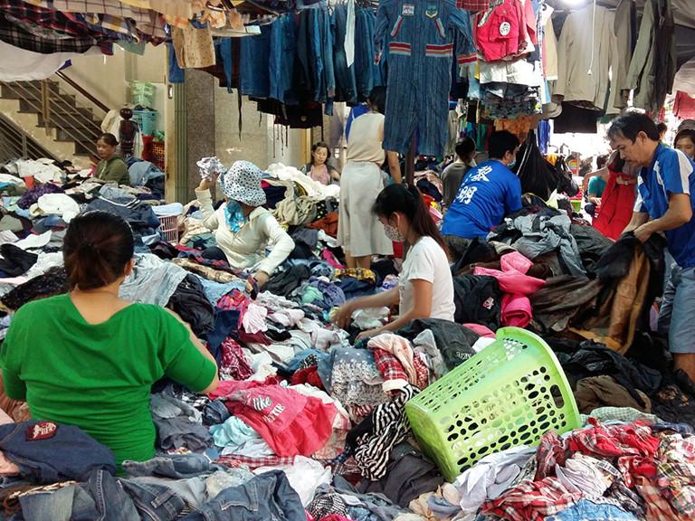 """Bật mí 8 khu chợ """"nổi như cồn"""" từ Hà Nội tới Sài Gòn cho chị em săn hàng thùng vì đồ cực chất lại rẻ chỉ từ 5K - Ảnh 4."""