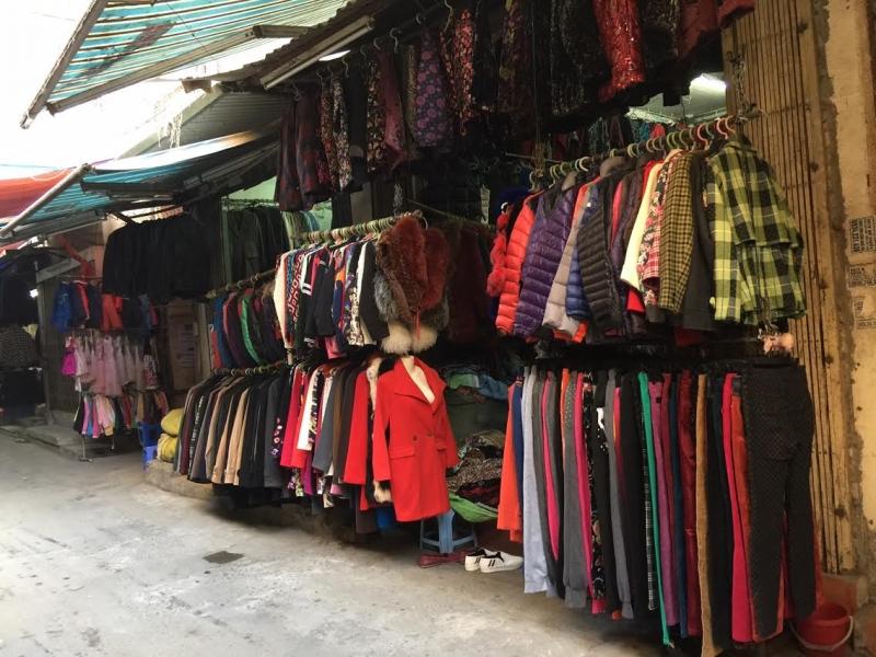 """Bật mí 8 khu chợ """"nổi như cồn"""" từ Hà Nội tới Sài Gòn cho chị em săn hàng thùng vì đồ cực chất lại rẻ chỉ từ 5K - Ảnh 2."""