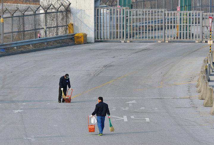 Bất chấp bao năm rèn luyện đèn sách, tại sao tốt nghiệp đại học, người trẻ Hàn Quốc lại đi làm... công nhân vệ sinh? - Ảnh 2.
