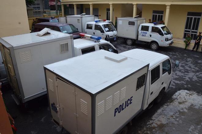 Xe đặc dụng chở 9 bị cáo đến phiên tòa phúc thẩm, an ninh đã được thắt chặt ở xung quanh khu vực xét xử từ sáng sớm.