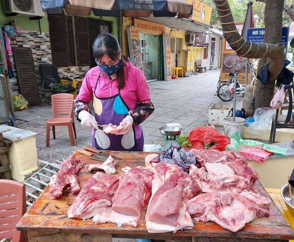 """Giá thịt lợn ngày 30/5 vẫn tăng phi mã, Bộ quyết nhập lợn sống về giết mổ để bình ổn giá, bà nội trợ phấn khởi """"ra mặt"""" vì giá thịt lợn sẽ """"hạ nhiệt"""" - Ảnh 1."""