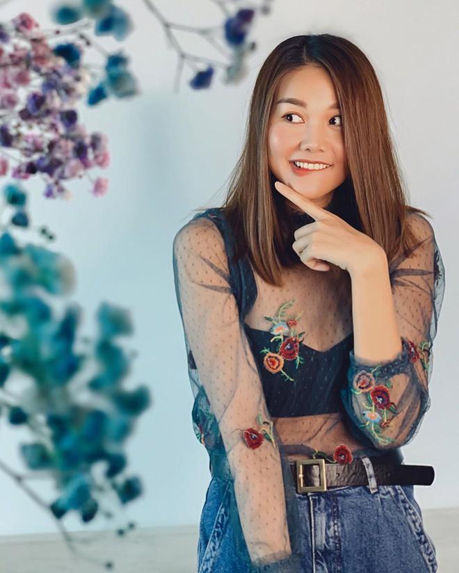 """Quỳnh Kool quyến rũ với phong cách """"nửa kín nửa hở"""" khi diện áo bra cùng sơ mi xuống phố - Ảnh 9."""