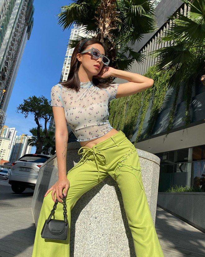 """Quỳnh Kool quyến rũ với phong cách """"nửa kín nửa hở"""" khi diện áo bra cùng sơ mi xuống phố - Ảnh 11."""