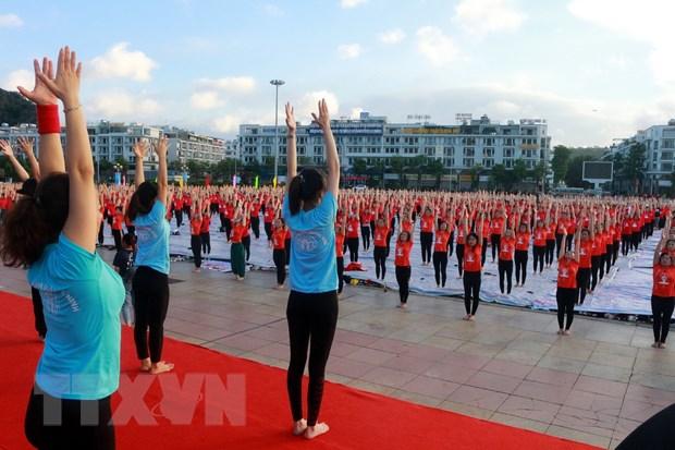 Gần 3.000 người tham gia Ngày Quốc tế Yoga lần thứ 6 tại Hạ Long - Ảnh 1.