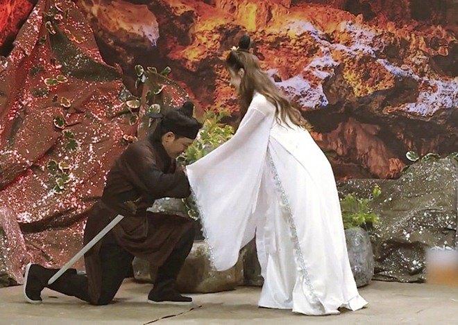 """""""Thánh chiều vợ"""" Trường Giang lần đầu bại trận khi bị Midu dọa mách Nhã Phương - Ảnh 2."""