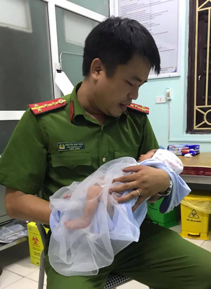 Bé sơ sinh bị bỏ rơi ven đường kèm bức thư nhờ nuôi giúp - Ảnh 1.