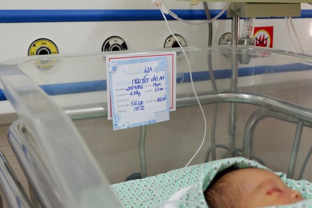Chuyên gia Nhi khoa Vương Quốc Anh cùng hội chẩn để cứu bé sơ sinh bị bỏ rơi ở hố ga - Ảnh 1.