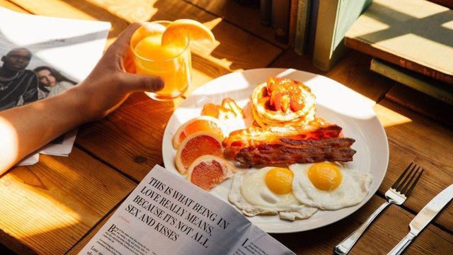 Những kiểu ăn sáng vừa chẳng có chất lại tàn phá dạ dày cực nhanh - Ảnh 1.