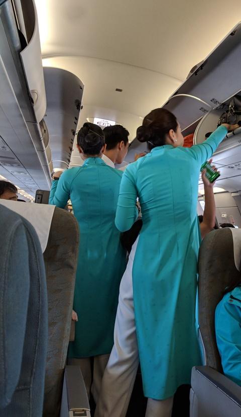 """Nghe người trong nghề tiết lộ """"thân phận"""" và thu nhập mỗi giờ bay của các cô tiếp viên hàng không mặc áo xanh, đỏ, vàng ở Vietnam Airlines   - Ảnh 1."""