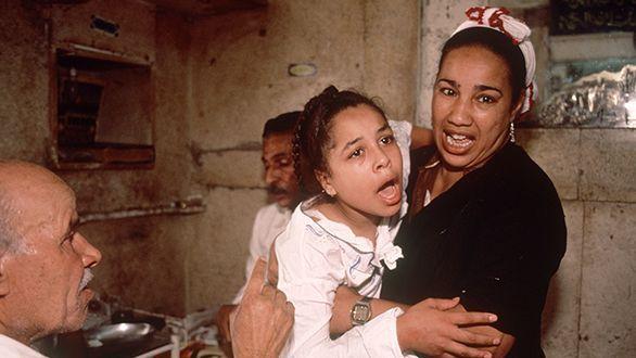 Ai Cập: 3 bé gái bị cha đẻ lừa đưa đi tiêm vaccine phòng Covid-19 để cắt âm vật - Ảnh 2.