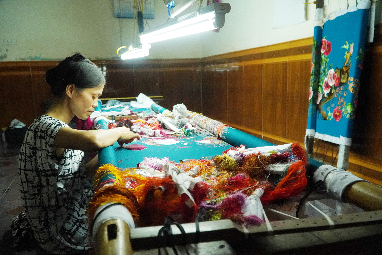 Lận đận số phận của những 'tay kim' làng nghề thêu tay cổ truyền Minh Lãng - Ảnh 5.