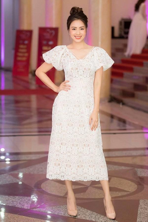 Luôn mặc đẹp đã đành, các mỹ nhân Vbiz còn rất khéo trong khoản chọn giày dép giúp tôn dáng - Ảnh 9.