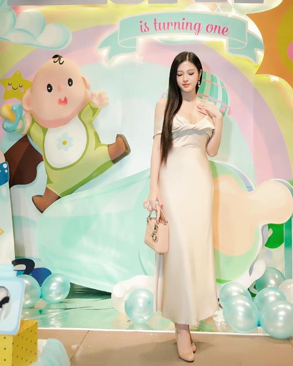 Em gái Huyền Baby đẹp ngọt ngào, mê diện váy xòe như công chúa - Ảnh 6.