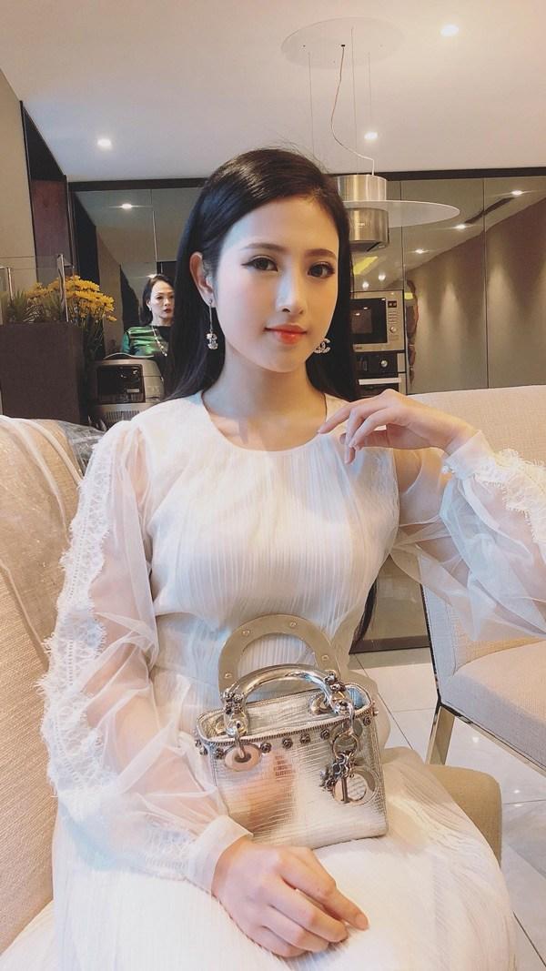 Em gái Huyền Baby đẹp ngọt ngào, mê diện váy xòe như công chúa - Ảnh 3.