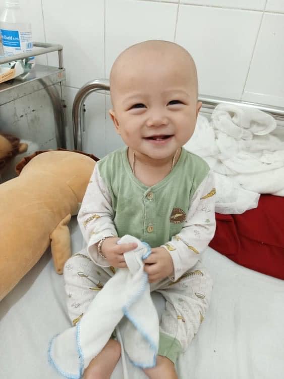 Người mẹ trẻ vừa khóc, vừa động viên con 14 tháng tuổi bị ung thư máu và ung thư tủy chiến đấu kiên cường - Ảnh 2.