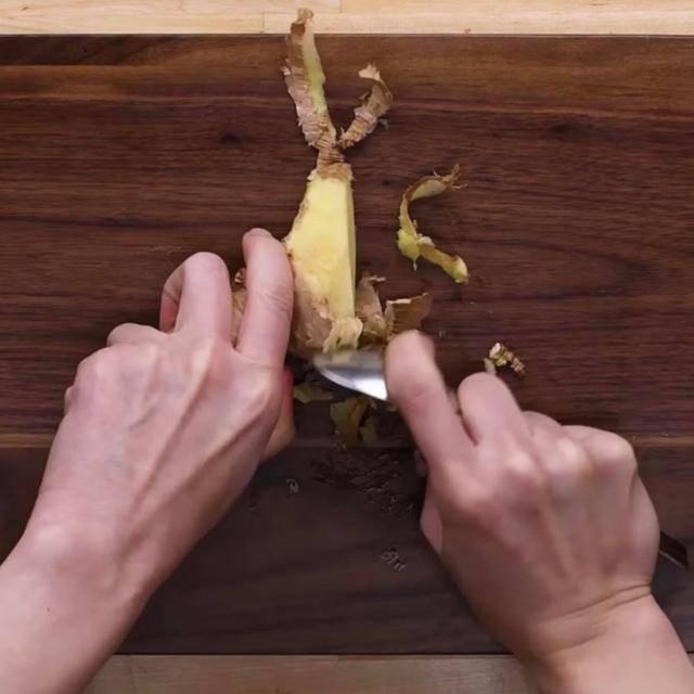 8 cách bóc vỏ thực phẩm không cần dao kéo khiến chị em vụng cũng thành đầu bếp 5 sao - Ảnh 7.