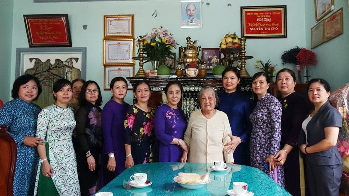 Chủ tịch Hội LHPNVN Hà Thị Nga viết lưu niệm tại Nhà tưởng niệm cố Chủ tịch Nguyễn Thị Thập - Ảnh 3.