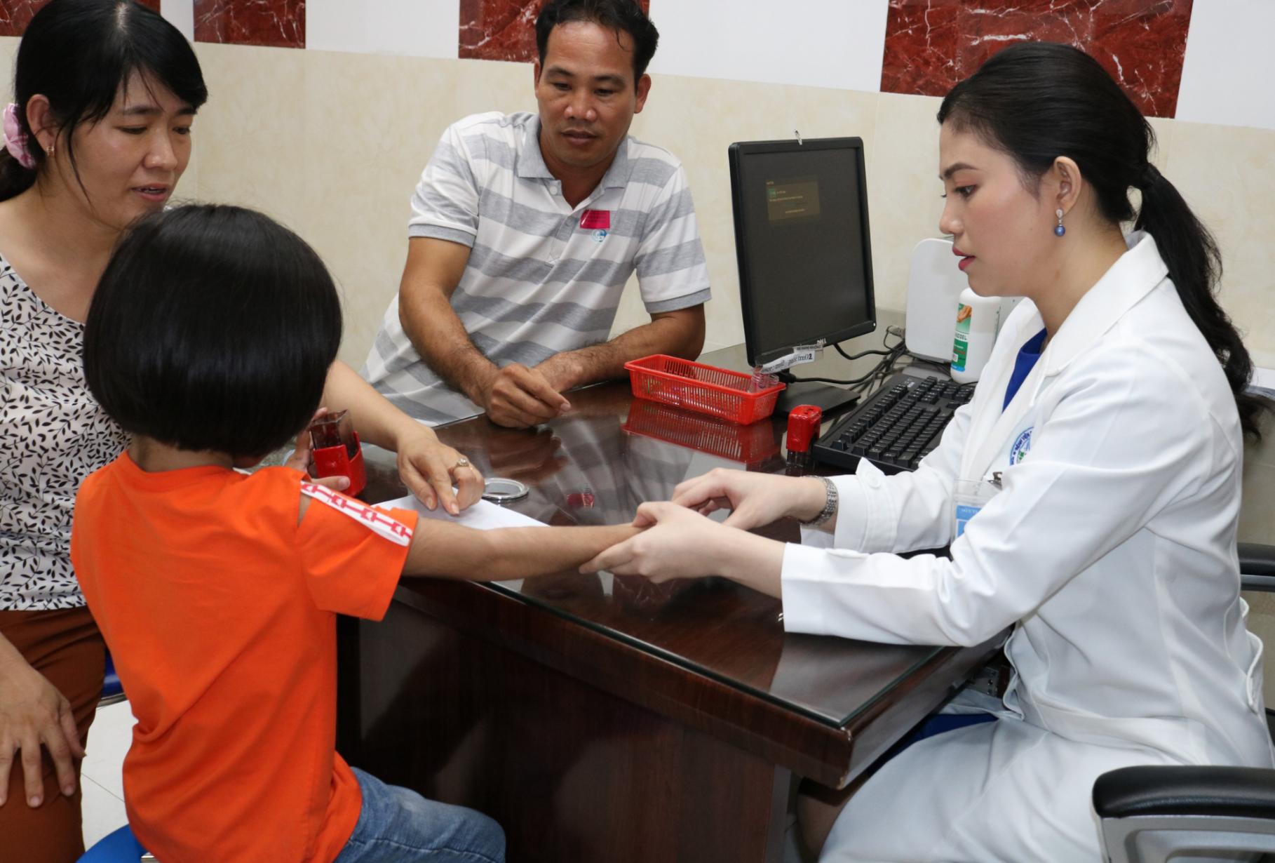 Bé gái 6 tuổi mắc hội chứng 'rậm lông toàn thân' lần đầu tiên xuất hiện tại Việt Nam, bị bạn bè chê cười - Ảnh 6.