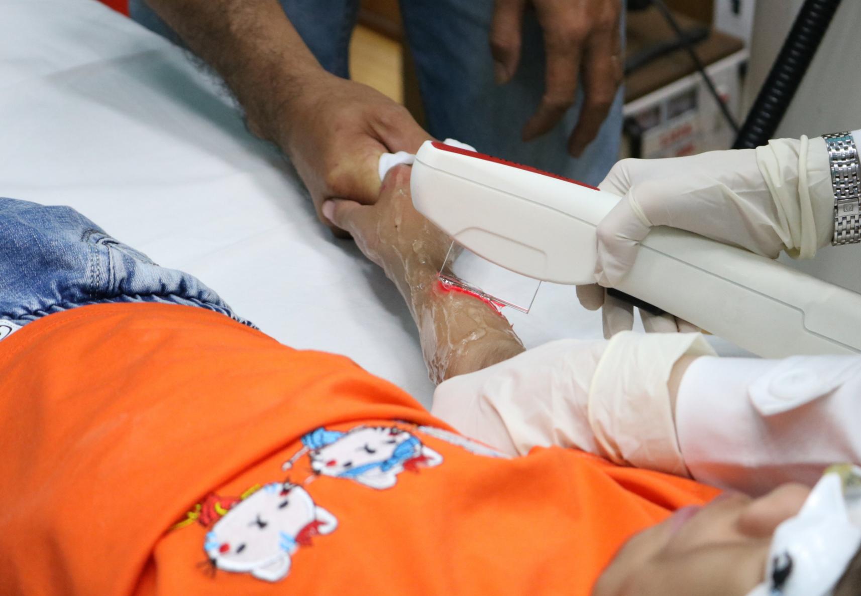 Bé gái 6 tuổi mắc hội chứng 'rậm lông toàn thân' lần đầu tiên xuất hiện tại Việt Nam, bị bạn bè chê cười - Ảnh 7.
