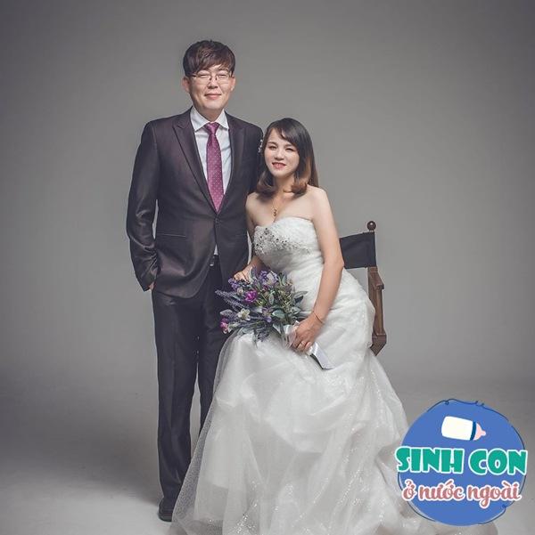 9X Việt sinh con với chồng Hàn, bé ra đời được cả dàn cầu thủ U23 bế - Ảnh 1.