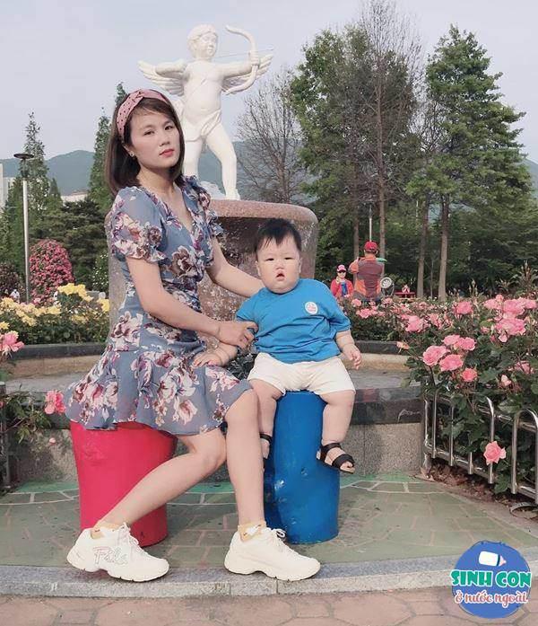 9X Việt sinh con với chồng Hàn, bé ra đời được cả dàn cầu thủ U23 bế - Ảnh 4.