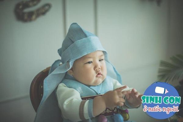 9X Việt sinh con với chồng Hàn, bé ra đời được cả dàn cầu thủ U23 bế - Ảnh 10.
