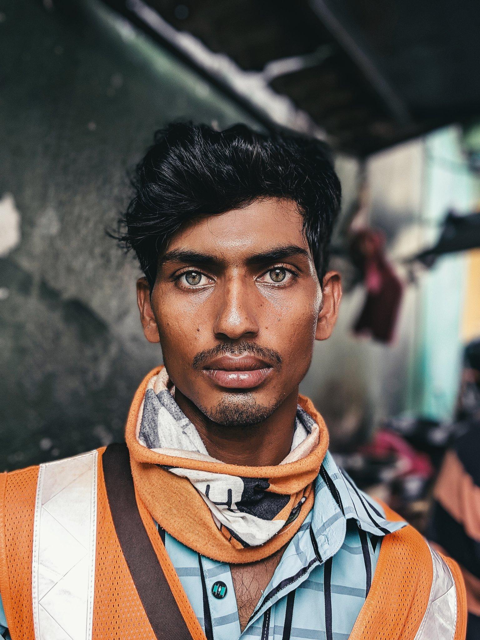 Thợ xây Ấn Độ bất ngờ nổi như cồn nhờ đôi mắt đẹp và thần thái như siêu mẫu - Ảnh 2.