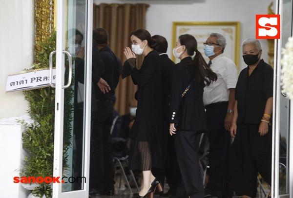 """Đám tang bố """"Nữ thần rắn"""" Thái Lan Taew Natapohn: Cả làng giải trí tới chia buồn - Ảnh 2."""