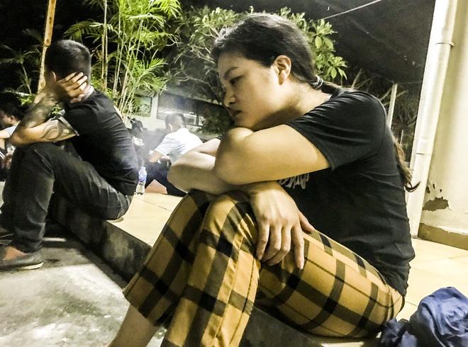 Chị Phương thất thần bên ngoài bệnh viện Thanh Nhàn, nơi thi thể của người thân vừa được chuyển tới.