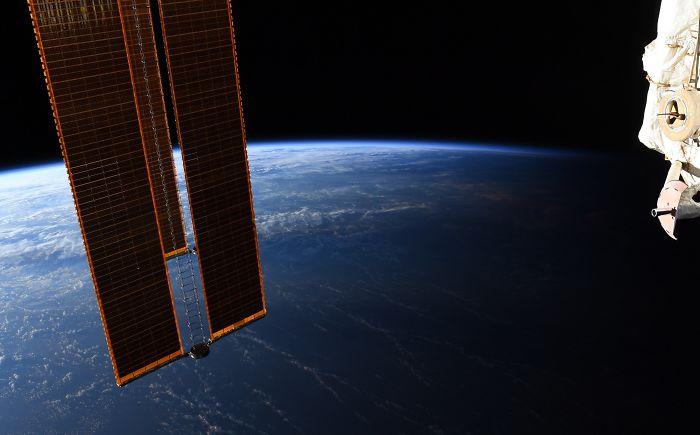 Phi hành gia NASA chia sẻ hình ảnh mãn nhãn về ranh giới ngày và đêm trên trái đất nhìn từ vũ trụ - Ảnh 2.