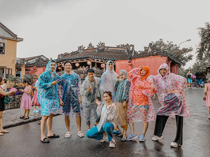 Đi du lịch gặp mưa to, nhóm bạn vẫn cho ra đời bộ ảnh chất lừ - Ảnh 2.