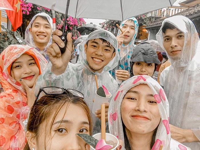 Đi du lịch gặp mưa to, nhóm bạn vẫn cho ra đời bộ ảnh chất lừ - Ảnh 7.