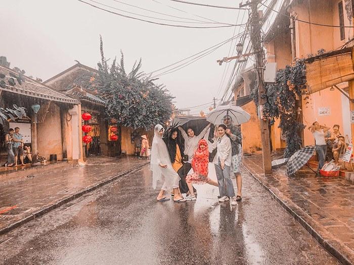 Đi du lịch gặp mưa to, nhóm bạn vẫn cho ra đời bộ ảnh chất lừ - Ảnh 4.