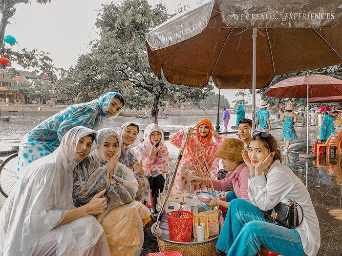 Đi du lịch gặp mưa to, nhóm bạn vẫn cho ra đời bộ ảnh chất lừ - Ảnh 3.