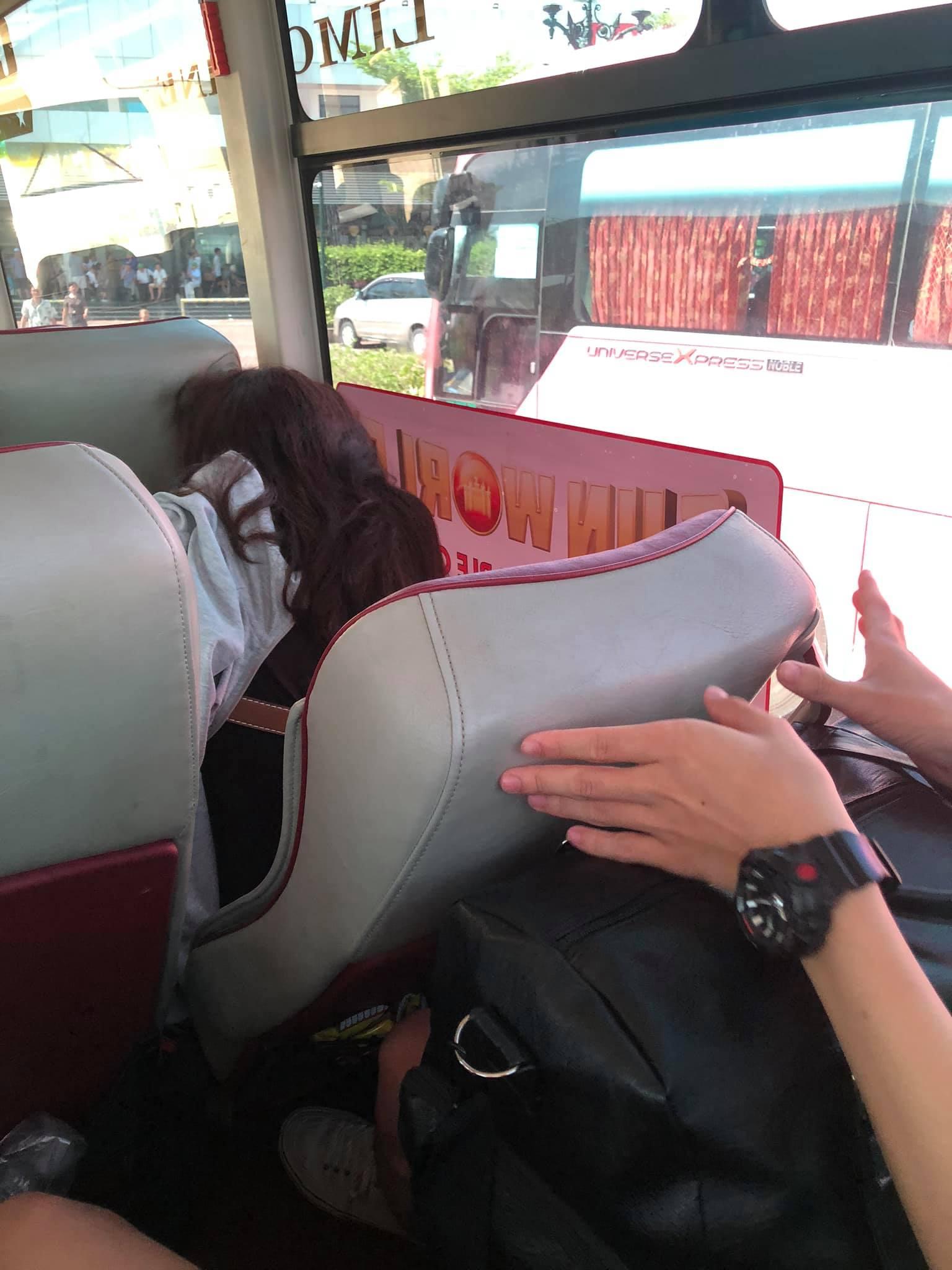 Hạ ghế đè lên người phía sau trên xe khách, được nhắc nhở người phụ nữ này còn có thái độ ngang ngược, thách thức - Ảnh 1.