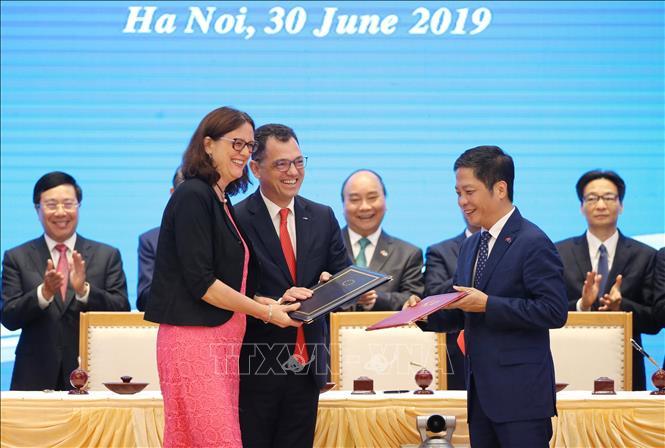 Thủ tướng Nguyễn Xuân Phúc chứng kiến Lễ ký Hiệp định Thương mại tự do giữa Việt Nam và Liên minh châu Âu (EVFTA) ngày 30/6. Ảnh: Lâm Khánh/TTXVN
