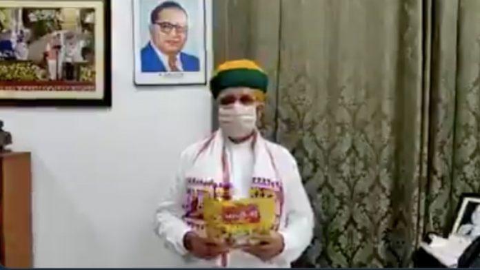 Quan chức Ấn Độ mắc Covid-19 sau khi quảng cáo đồ ăn vặt chống virus - Ảnh 2.