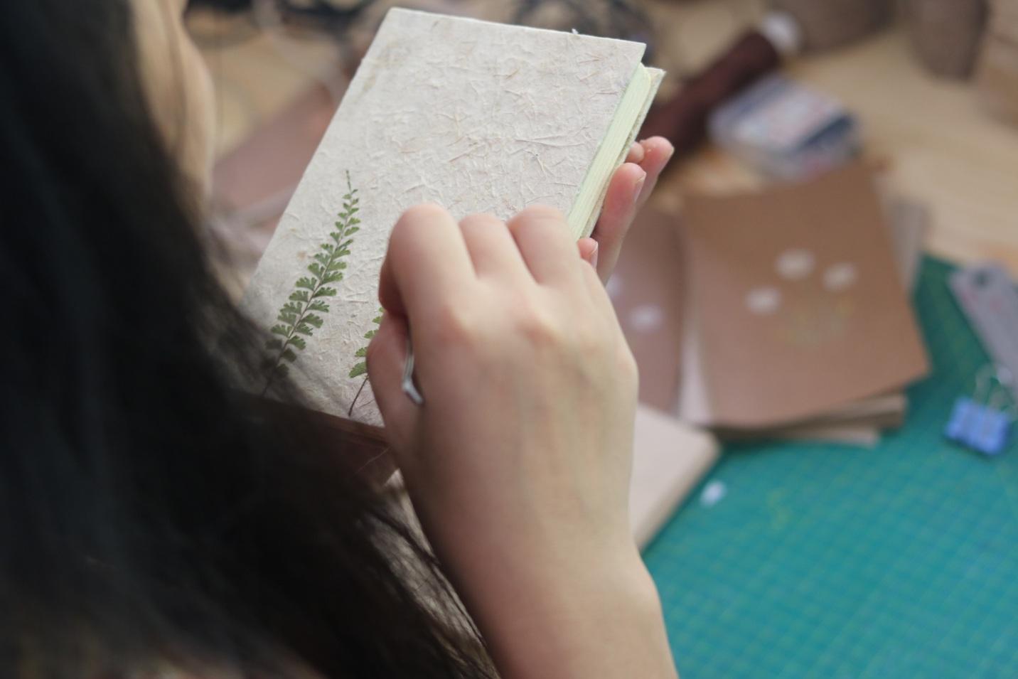 Cô gái trẻ truyền cảm hứng yêu thiên nhiên qua những sản phẩm từ  hoa, lá và cỏ - Ảnh 2.