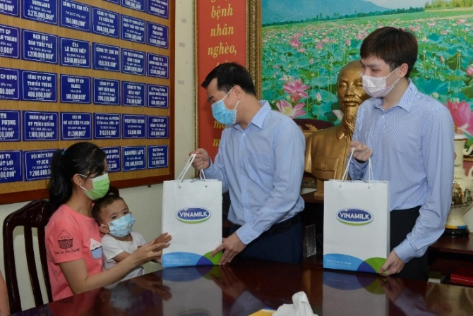 Đại diện công ty Vinamilk tặng quà, thăm hỏi và gửi lời chúc sức khỏe đến gia đình các bệnh nhi
