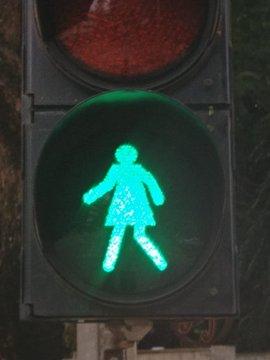 Đưa hình phụ nữ trên đèn giao thông để thúc đẩy bình đẳng giới - Ảnh 1.