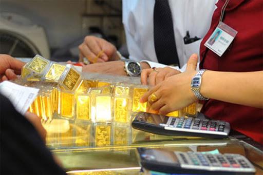 Vàng trong nước đỏ sàn, đồng loạt giảm giá - Ảnh 1.