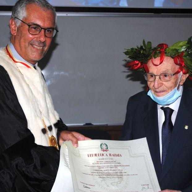 Cụ ông Giuseppe Paterno nhận bằng tốt nghiệp từ Ban giám hiệu đại học Palermo. Ảnh: Guglielmo Mangiapane