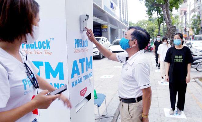 """Cây """"ATM khẩu trang"""" miễn phí giúp người Hà Nội chống Covid-19 - Ảnh 3."""