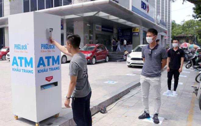 """Cây """"ATM khẩu trang"""" miễn phí giúp người Hà Nội chống Covid-19 - Ảnh 4."""