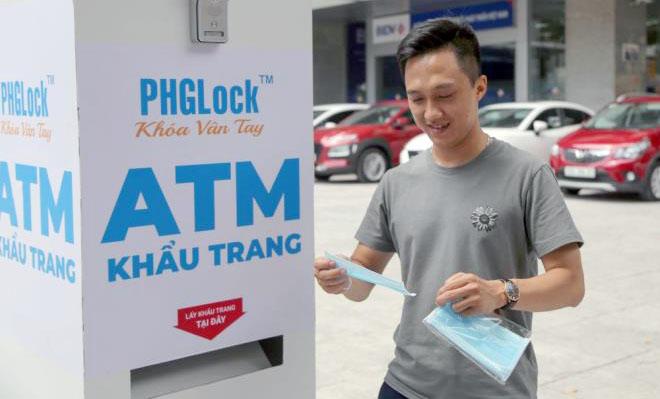 """Cây """"ATM khẩu trang"""" miễn phí giúp người Hà Nội chống Covid-19 - Ảnh 7."""