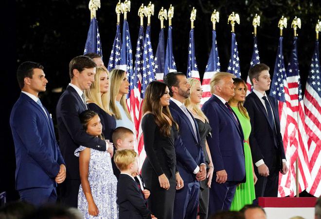 Ông Donald Trump: Mỹ sẽ đưa phụ nữ lên Mặt Trăng, sẽ cắm cờ ở Sao Hỏa  - Ảnh 2.